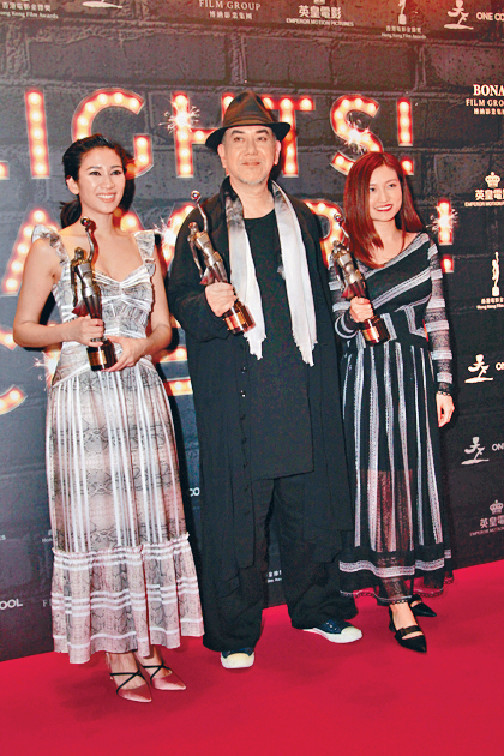 ■《淪落人》台前幕後姬素孔尚治、秋生及陳小娟在慶功宴上興奮晒獎。