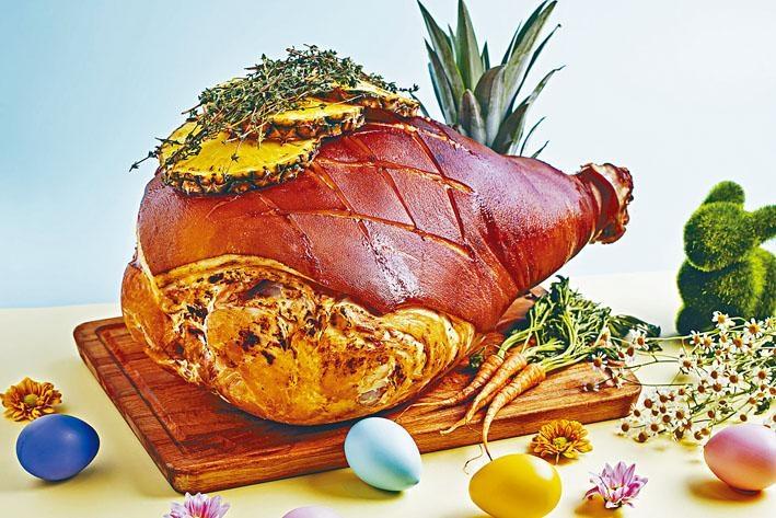 復活節蜜汁鳳梨燒火腿,豬髀以低溫煙燻,再加入丁香、菠蘿烤焗,淋上以焦糖調成的醬汁,味道清新又有火腿的鹹香。