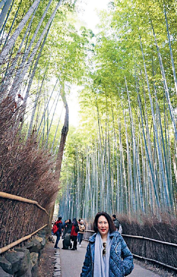 ■林煒珊在龍山寺行竹林,感覺寧靜又舒服。