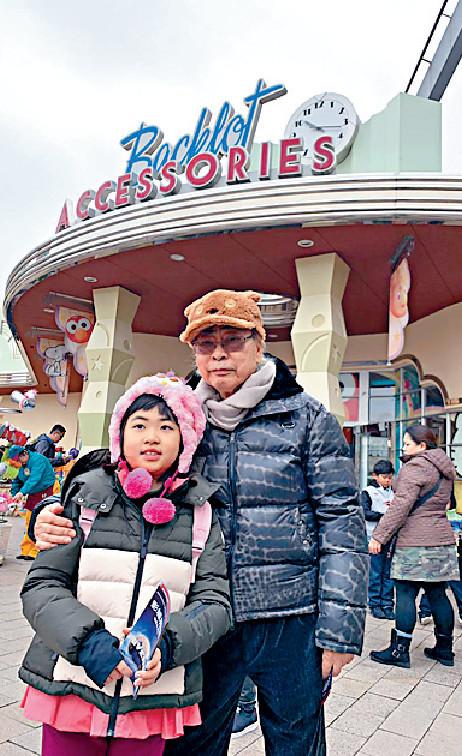 ■林建名帶住孫女去環球影城玩。
