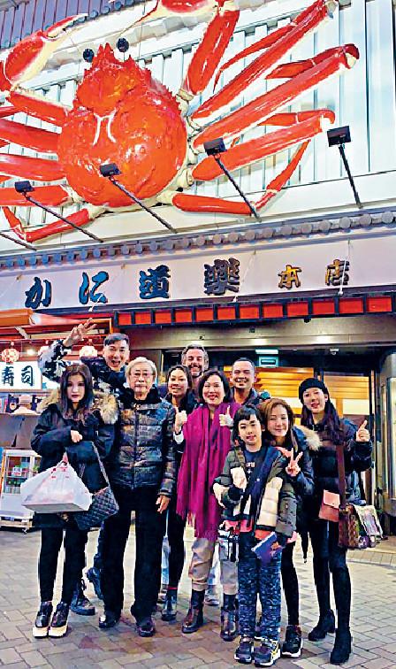 ■林煒珊與爸爸及其公司藝人一齊去食蟹腳。