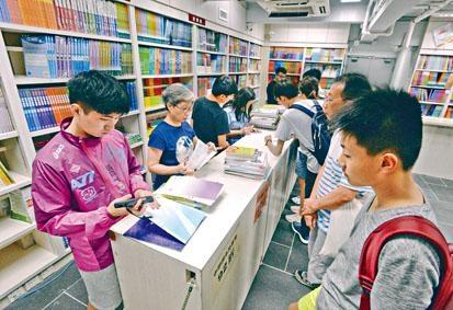教育局更新新學年的「適用書目表」,其中紙本及電子教科書分別加價約百分之二點七和百分之二點八。
