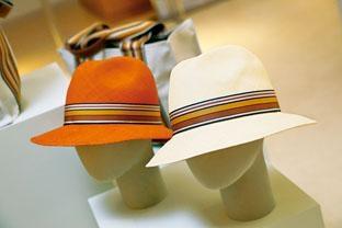 Ingrid Multistripes巴拿馬草帽由手工編織的麥稈製成,飾以多條紋圖案羅緞真絲緞帶。