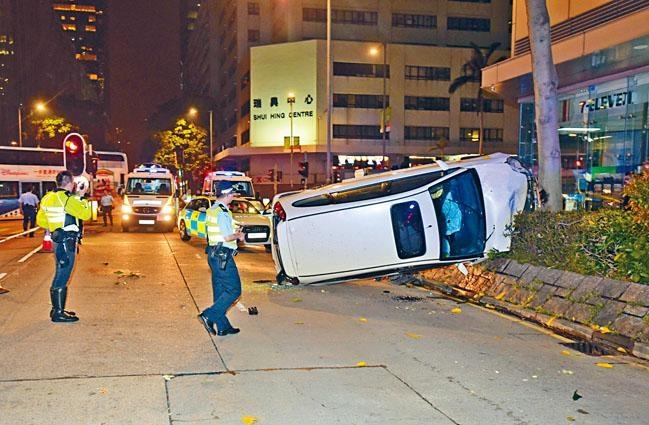 七人車逃至九龍灣剷上石壆翻側。