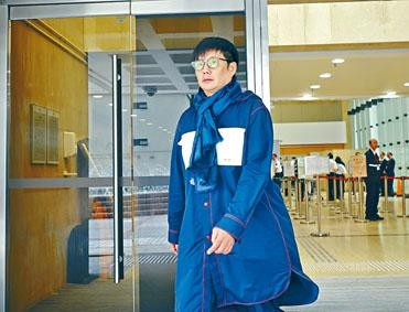「板前壽司」創辦人鄭威濤到庭時身穿長褸,頸上戴項巾。