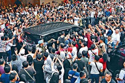 大選投票結束後,支持者向車內的維多多歡呼。