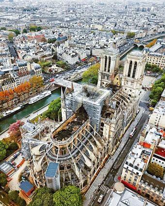火災後拍攝的巴黎聖母院俯瞰圖,可見屋頂嚴重損毀。