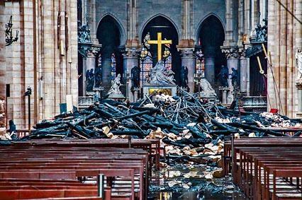 聖母院天花燒破洞,在下方堆滿碎片。