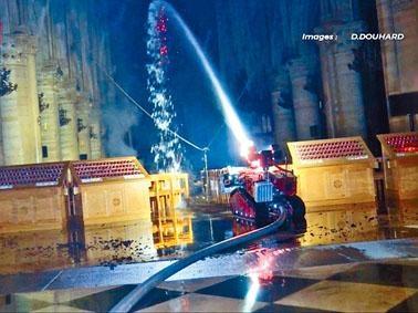 無法進入火場的消防隊,出動遙控消防機器人救火。