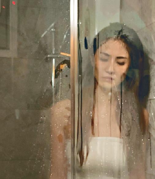 ■《動》MV雖由Sukie老公鄧健泓執導,一樣好大方安排她出浴。