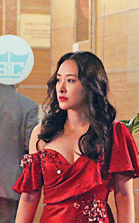 ■早前,陳瀅拍攝劇集《黃金有罪》,演舞女嘅佢以低胸晚裝現身。