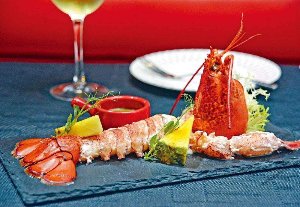 原隻鮮龍蝦是招牌主菜之一,選用品質最好的美國緬因州產龍蝦,烚煮後放在烤爐上煎香,肉多鮮美,配以自製泰式青檸汁提味。