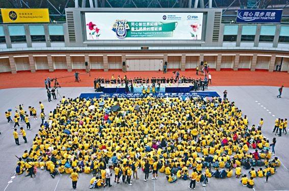 ■馬會昨起一連三日在沙田馬場及彭福公園舉辦「同心同步同樂日」,其中重頭戲之一,為挑戰「最大規模的摺紙課」世界紀錄活動。