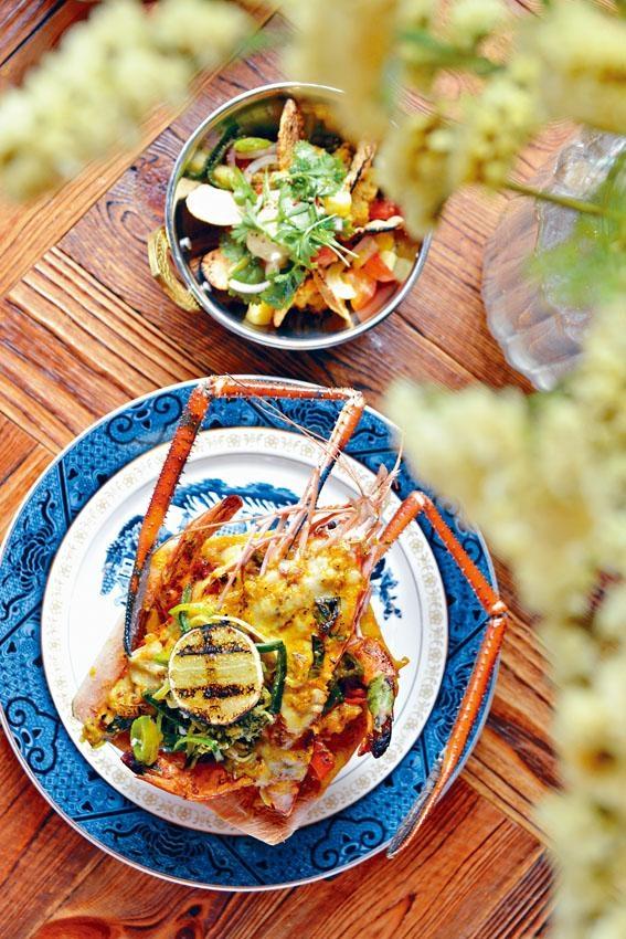 ●孟加拉椰子開邊虎蝦,越南大頭蝦及虎蝦以椰漿、椰青水、蝦湯、法國第戎芥末等煮至收汁,並釀進椰青烤焗,蝦肉吃來啖啖清幽椰香。($325)