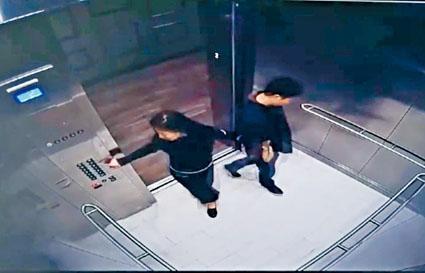 網傳影片顯示,劉女在電梯內主動挽劉強東臂彎。