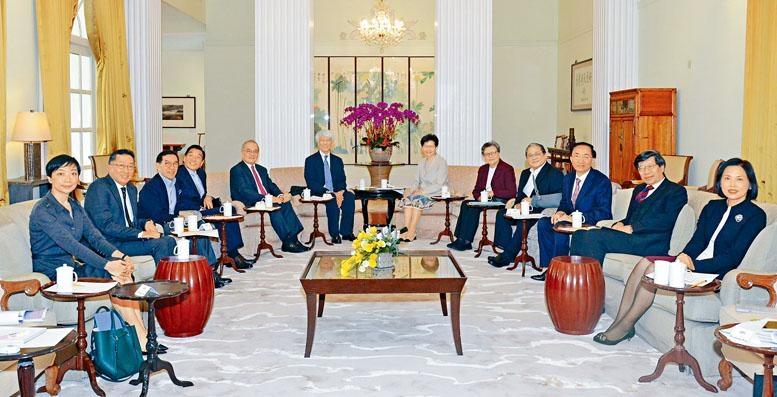 香港桂冠論壇委員會董事會大部分成員今年二月在禮賓府會面。