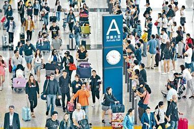 復活節長假期結束,外遊港人陸續返港,機場大堂人山人海。