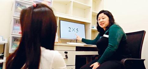 深圳門診的行為治療師為患童提供訓練。