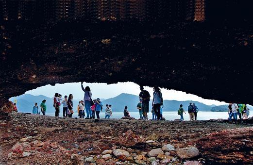 遊客在鴨洲風景區參觀遊覽。