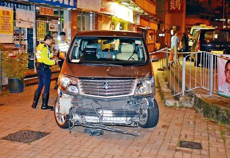 七人車失事撞毀鐵欄後剷上行人路,車頭損毀,泵把甩脫。