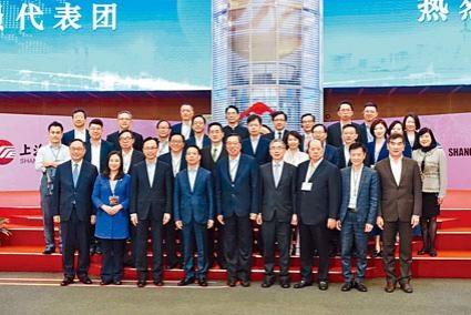 立法會長三角考察團昨到上海證券交易所參觀,港澳辦副主任黃柳權(前排左四)亦有現身參與。