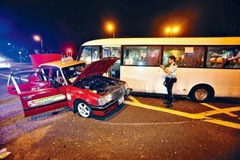的士在沙田與屋苑小巴相撞,男乘客傷重不治。