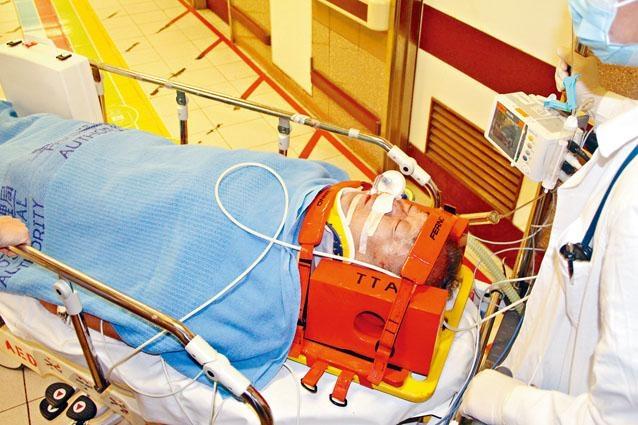 遭的士撞至頭部重傷內地旅客送院。