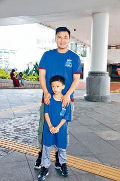 王嘉明帶同幼子出席清潔活動。