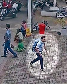 閉路電視拍到孭着大背囊的懷疑炸彈客,穿過尼甘布聖塞巴斯蒂安教堂門廊走入教堂。
