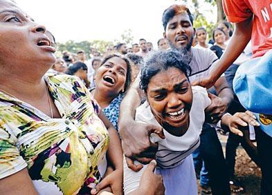 在科倫坡的聯合葬禮上,親屬哭斷腸。