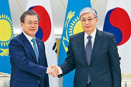哈薩克總統托卡耶夫周一迎接到訪的南韓總統文在寅。
