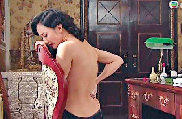 ■早年在《城寨英雄》中,激減至20.5吋腰嘅王君馨性感裸背。