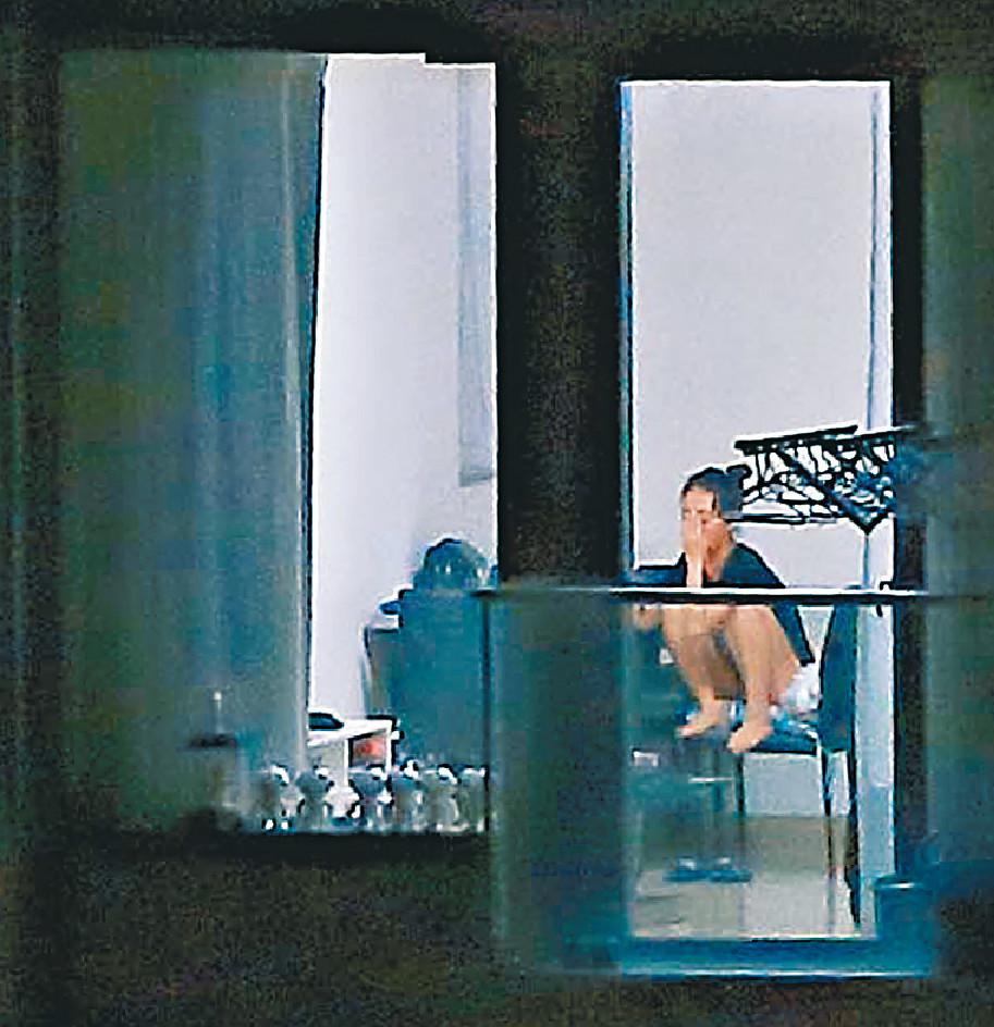 崩潰狂哭 最新出版的《東周刊》拍攝到黃心穎在家抱頭崩潰狂哭。