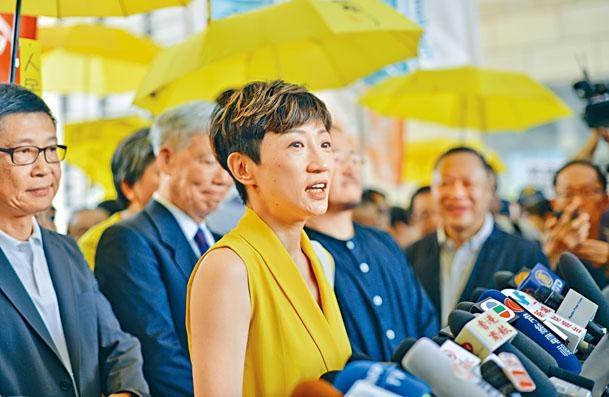 陳淑莊在法庭外向傳媒交代病情,寄語香港人不要失望。