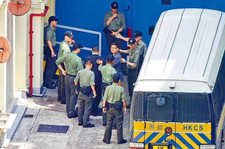 陳健民由囚車送往荔枝角懲教所時,目光呆滯。