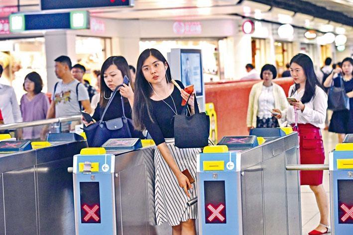 港鐵宣布八達通每程百分之三點三折扣優惠,由原定六個月延長至四十星期。