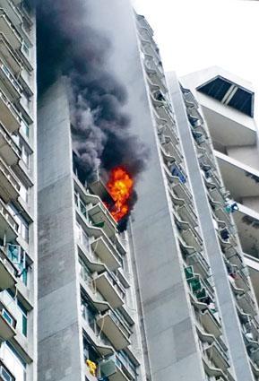 起火單位窗口冒出火舌,大量濃煙席捲樓上單位。