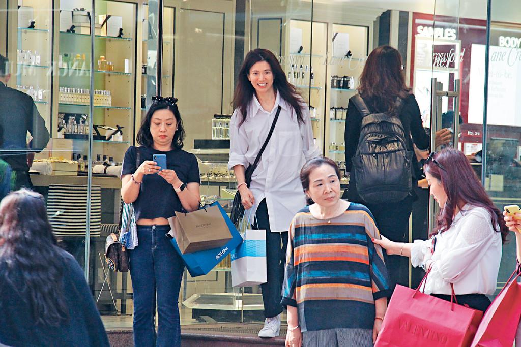 凍齡人妻 ■47歲嘅袁詠儀,近年來瘦咗又靚咗,加上留返長頭髮增添女人味,就算唔化妝,都好有仙氣。