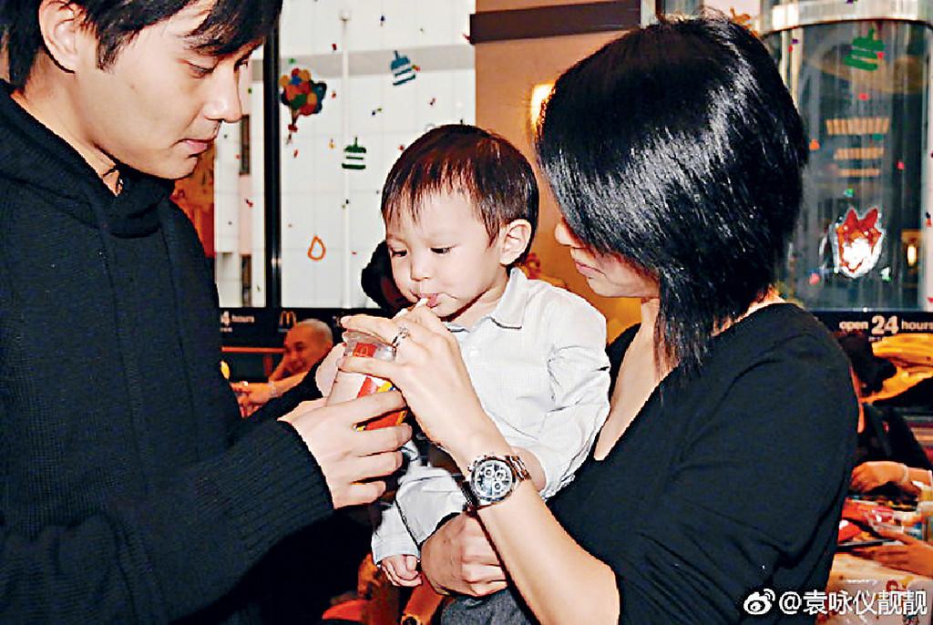 吃貨家庭 ■靚靚日前應《妻子2》摷出3張兒子BB照,佢話照片「幾有趣,一家都是吃貨」。相中Chilam餵完阿仔飲嘢,再自己飲,勁sweet。