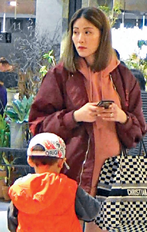 ■凸肚Maggie外貌無乜走樣,其4歲愛兒似足父母,好高大。