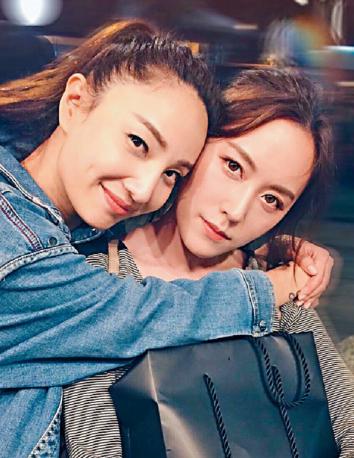 ■36歲仍好有少女味嘅Mandy(右)日前由台返港,約埋Yumiko飯敍又玩變臉App,自認「人妻」。