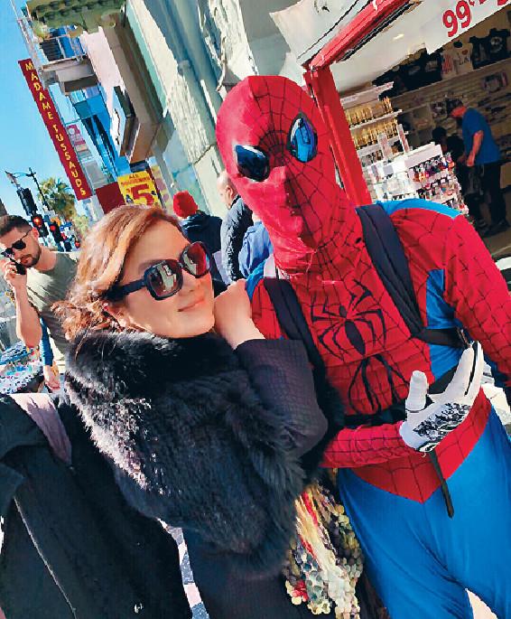 ■孫穎在LA街道上見到「蜘蛛俠」,即捉住他影相。