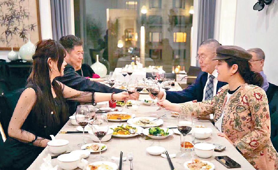 ■孫穎與劉詩昆慶祝好友新居入伙,順便與劉曉迎和其女兒一齊食飯。