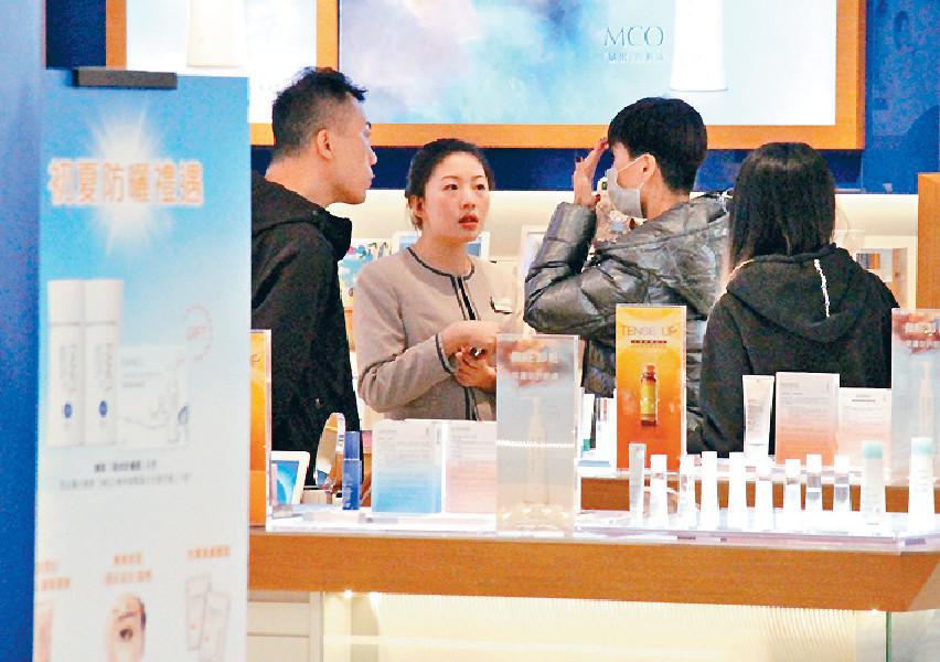 ■日前,伍姑娘話首次做面部「打疣」,唔知係咪咁要買定啲護膚品急救皮膚。