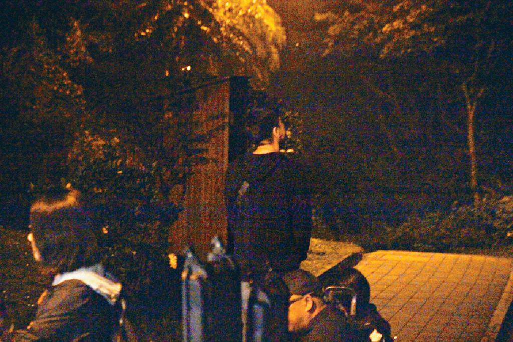 行開靜吓 等候期間,馬明突然行入漆黑小路,記者亦試行過,黑到乜都睇唔到。