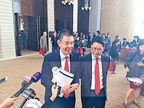 ■李民橋(左)表示,集團今年開局良好,未來會致力拓展客戶群。