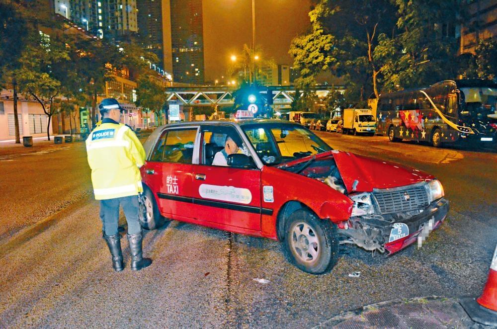 的士失控撼撞安全島,司機及兩乘客受傷。