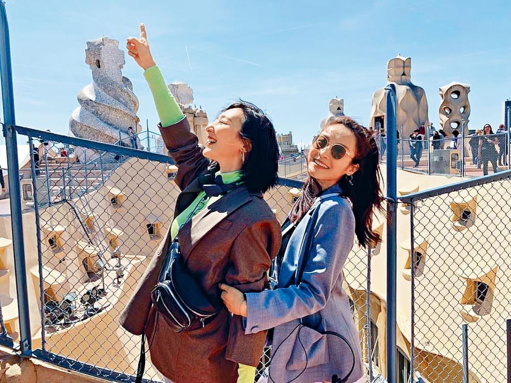 高Ling和李佳芯大晒在巴塞隆拿開心遊玩的照片。