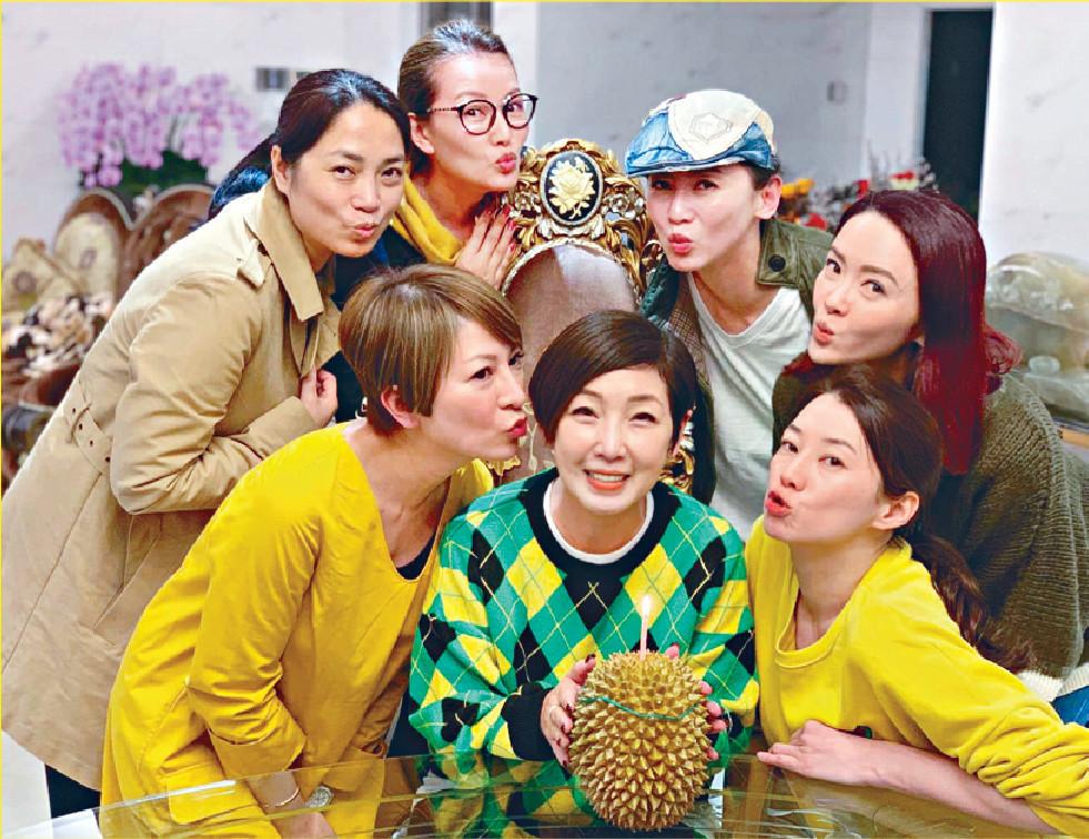 ■黎芷珊3月53歲生日,獲好友陳伶俐(前右)、向海嵐(最右)等為佢舉行「榴槤派對」。