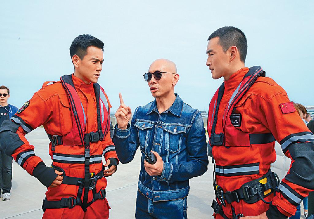 ■林導在拍攝現場向男主角彭于晏和王彥霖講解拍攝情況。